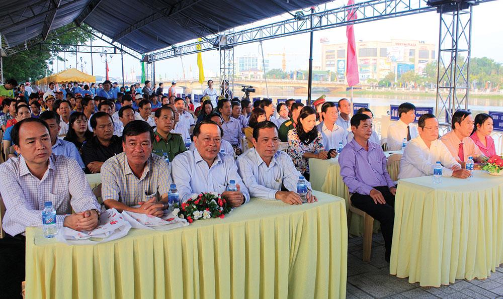 Đại biểu tham dự lễ khai mạc