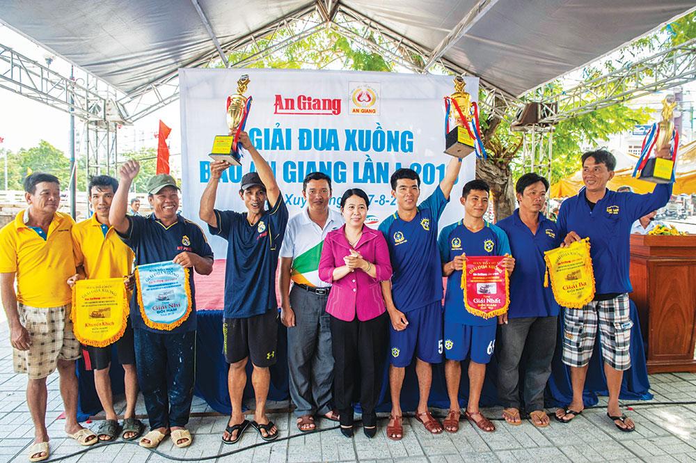 Tổng Biên tập Báo An Giang Trần Thị Bích Vân và đại biểu trao thưởng nội dung đôi nam