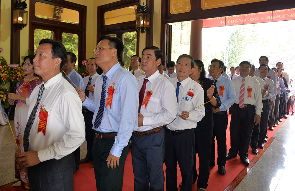 Lãnh đạo tỉnh, thân tộc Bác Tôn, nhân dân xã Mỹ Hòa Hưng dâng hoa, dâng hương lên Đền thờ Chủ tịch Tôn Đức Thắng