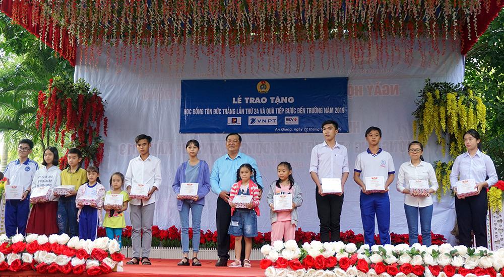 """Trao học bổng Tôn Đức Thắng và tặng quà """"Tiếp bước đến trường"""" cho con đoàn viên, người lao động hoàn cảnh khó khăn"""