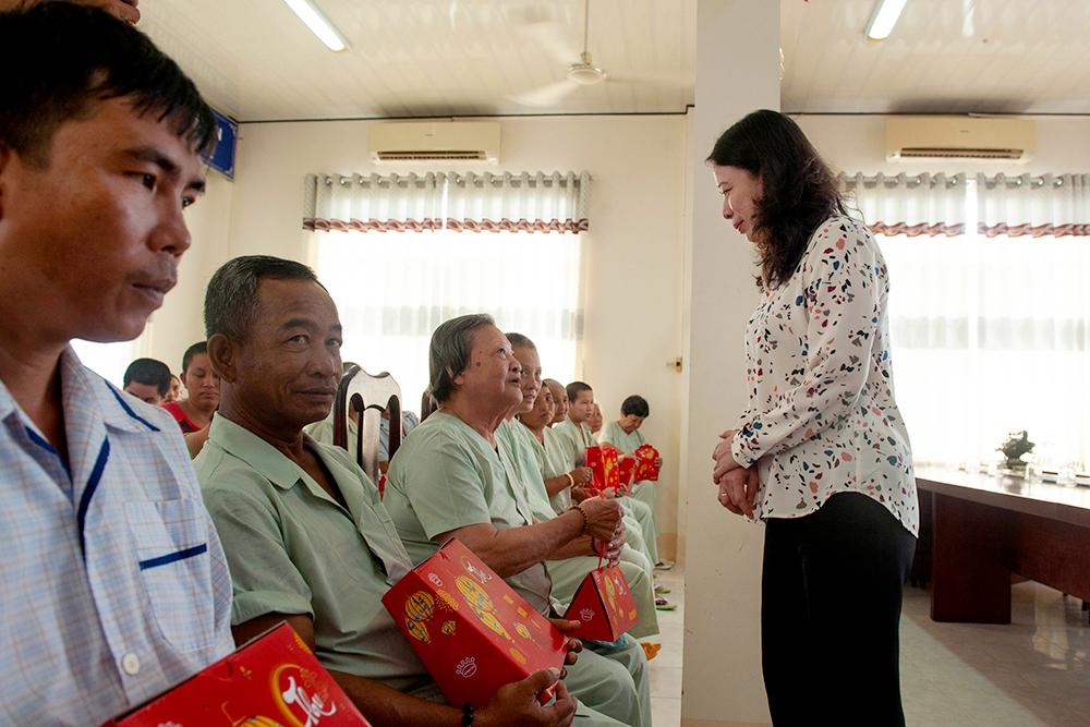 Bí thư Tỉnh ủy Võ Thị Ánh Xuân thăm, tặng quà trẻ em và người già neo đơn nhân Tết Trung thu 2019