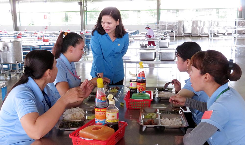 Quan tâm chất lượng bữa ăn ca cho người lao động