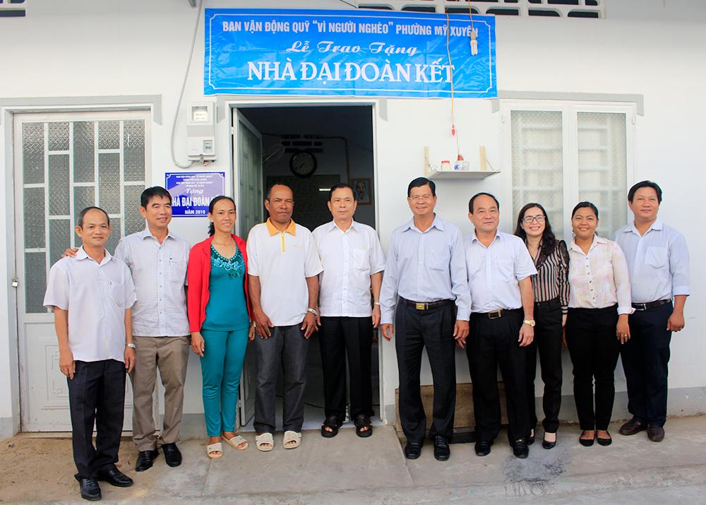 Trao nhà Đại đoàn kết cho hộ cận nghèo phường Mỹ Xuyên