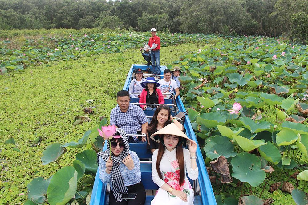 Du khách tham quan rừng Tràm Trà Sư mùa nước nổi