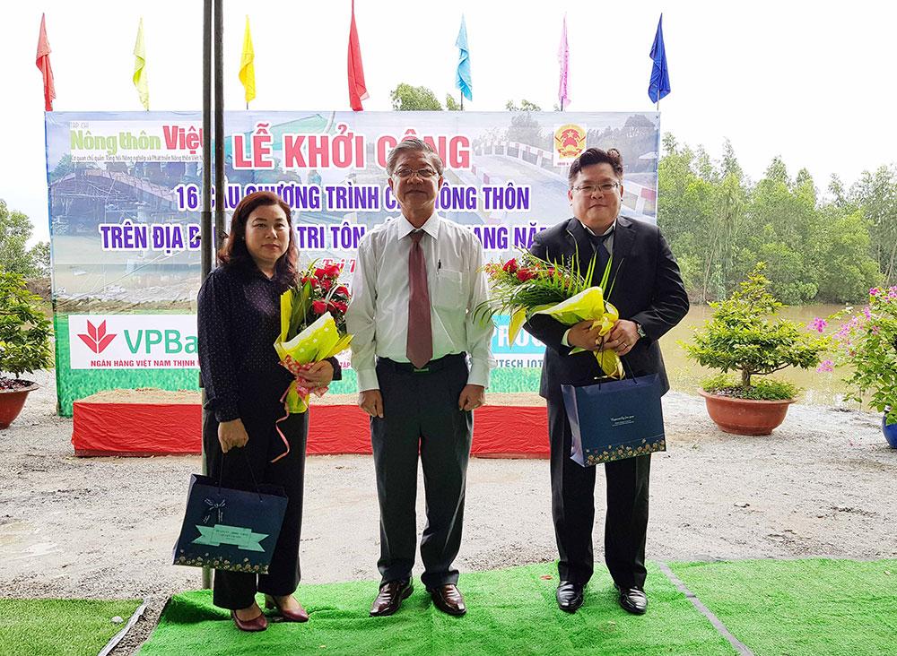 Bí thư Huyện ủy, Chủ tịch UBND huyện Tri Tôn Cao Quang Liêm tặng hoa tri ân các đơn vị tài trợ