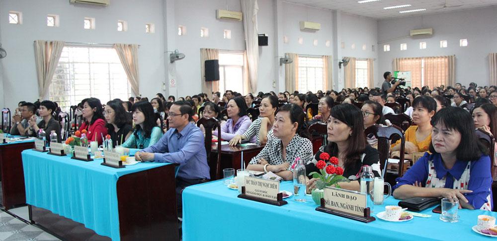 Đại biểu tham dự chương trình tư vấn sức khỏe
