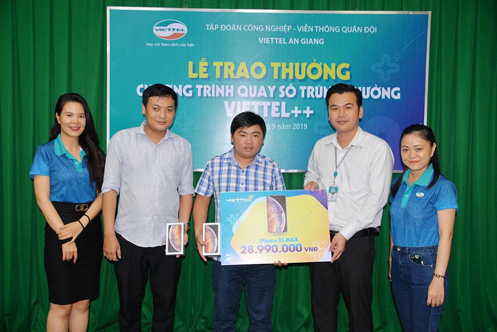 Giám đốc Kênh bán hàng trực tiếp Viettel An Giang Nguyễn Minh Chí trao giải thưởng Iphone XSMax cho 2 khách hàng may mắn tham gia Chương trình Viettel++