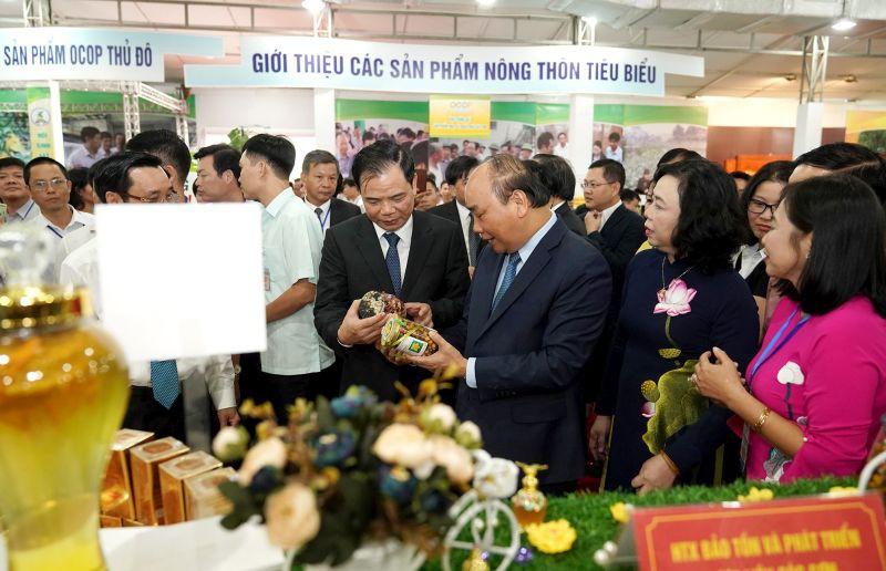 Thủ tướng tham quan các gian hàng tại Hội chợ hàng nông sản, thủ công mỹ nghệ và sản phẩm OCOP Thủ đô.
