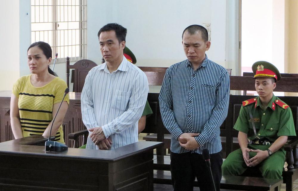 Từ trái sang bị cáo Mai, Cường và Kiến tại phiên tòa