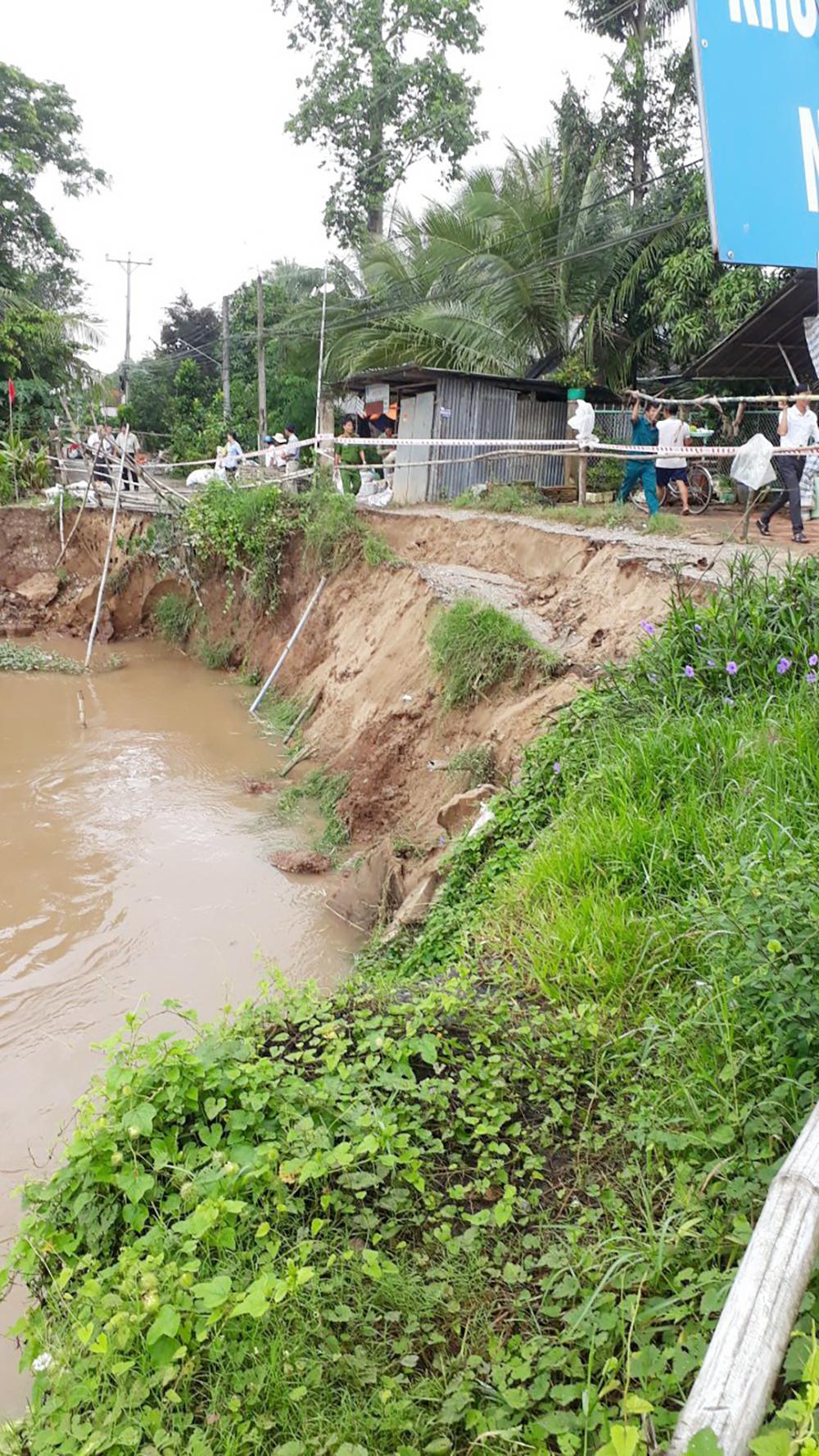 Đê bảo vệ kênh xáng Tân An tiếp tục sạt lở, di dời khẩn cấp 2 hộ dân