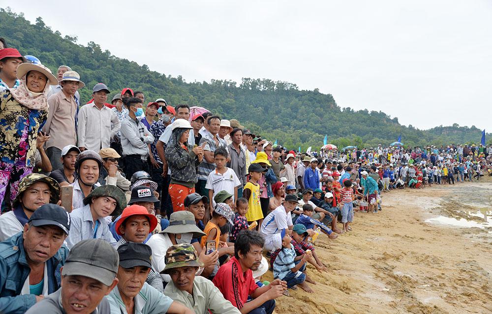 Rất đông người dân và du khách đến đến xem và cổ vũ cho các đội đua