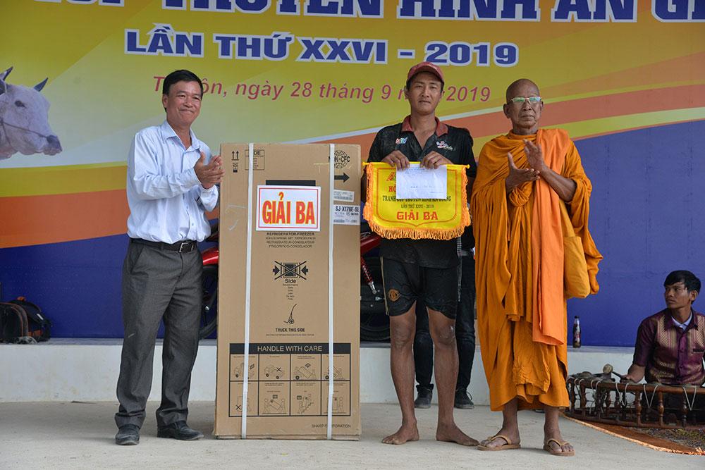 Đôi bò của ông Huỳnh Văn Tài (số đeo 26, huyện Kiên Lương, Kiên Giang) đoạt giải ba