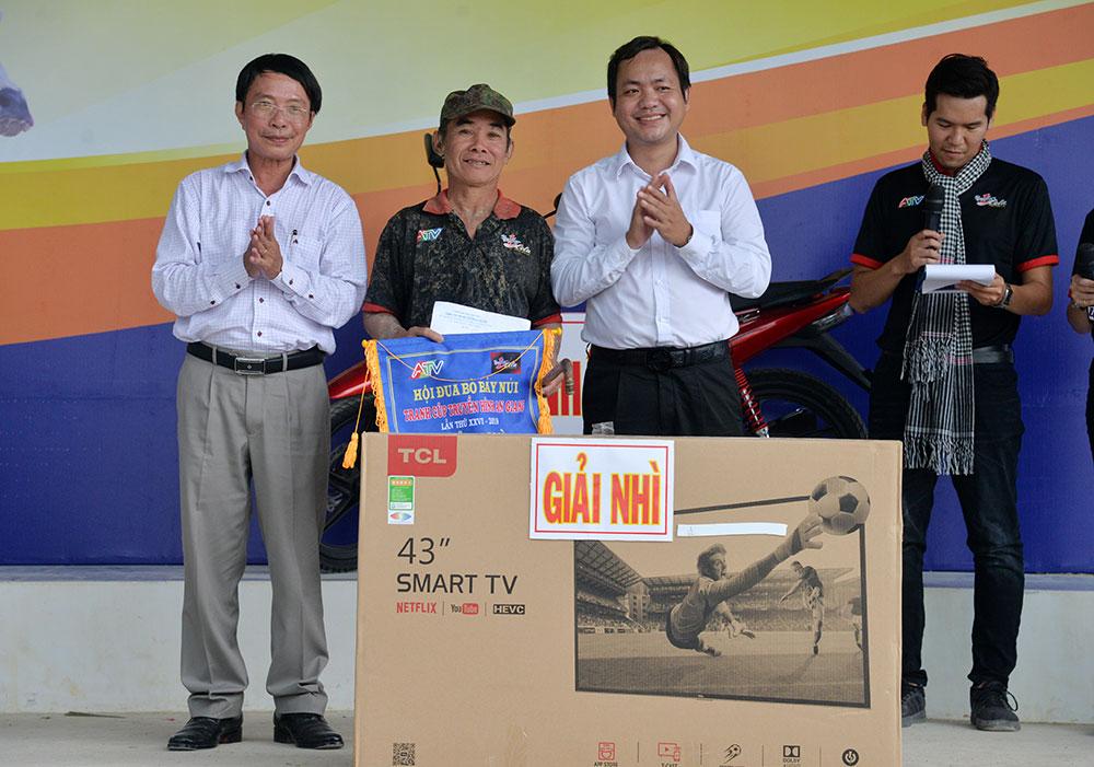 Đôi bò của ông Nguyễn Thành Tài đoạt giải nhì, với tổng giá trị giải thưởng 20 triệu đồng