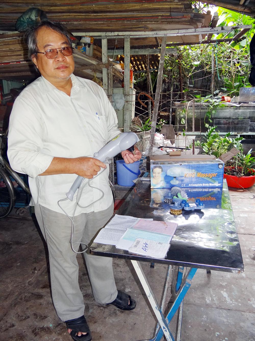 Ông Nguyễn Kim Long với món hàng bị vướng mua
