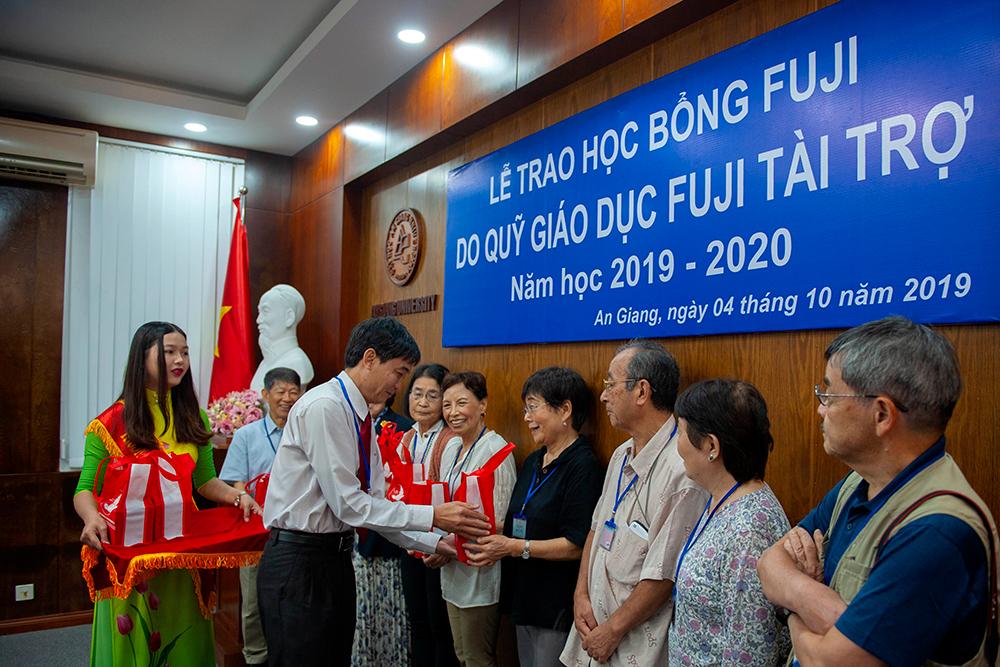 Trường Đại học An Giang: Tổ chức lễ trao học bổng Fuji năm học 2019- 2020