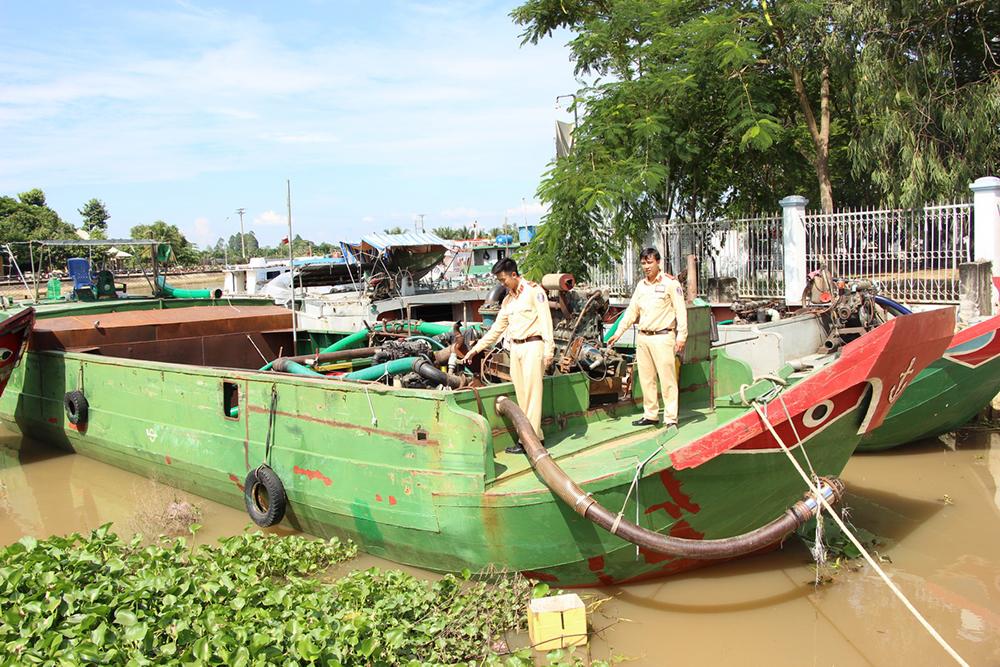 Công an Chợ Mới bắt 4 tàu tải trọng lớn đang khai thác cát lậu trái phép