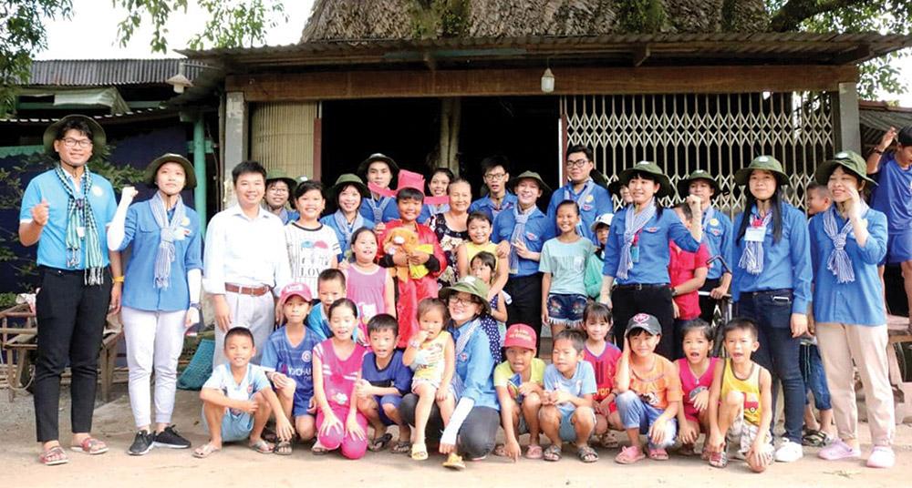 Chăm lo trẻ em vùng quê trong hoạt động hè tình nguyện