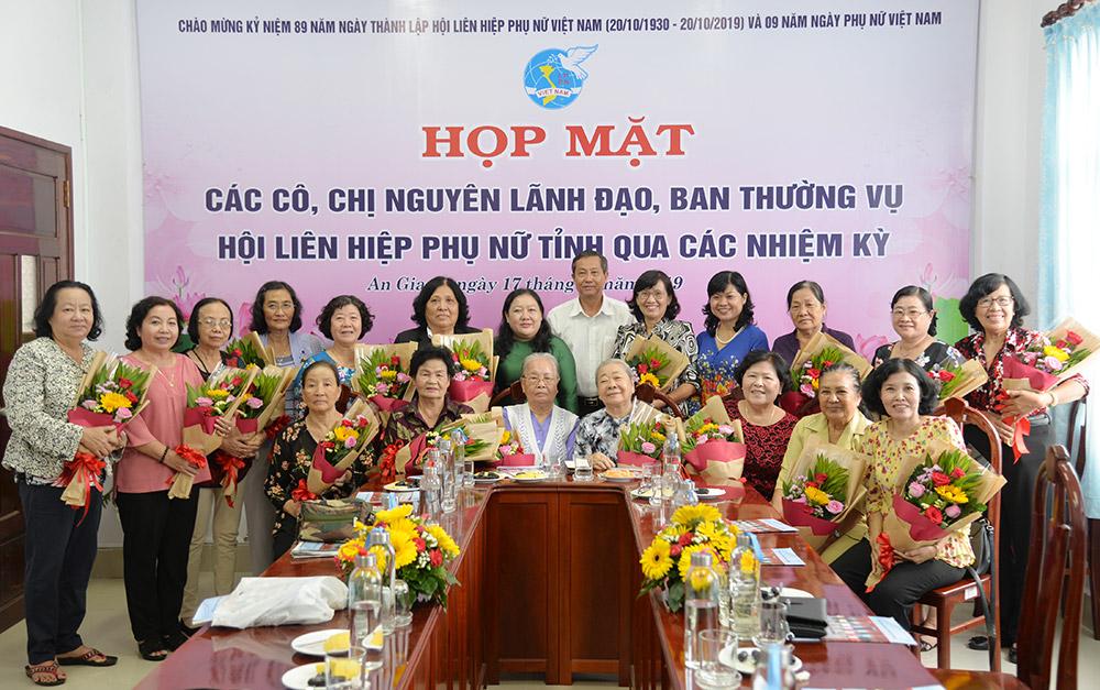Phó Chủ tịch UBND tỉnh Lê Văn Nưng tặng hoa và quà cho các cô, chị nguyên lãnh đạo, Ban Thường vụ Hội LHPN tỉnh qua các thời kỳ