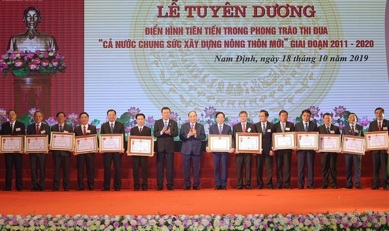 Thủ tướng trao Huân chương Độc lập và Huân chương Lao động cho các tỉnh, thành phố trực thuộc Trưng ương, các bộ, ban, ngành có thành tích xuất sắc trong Phong trào thi đua.