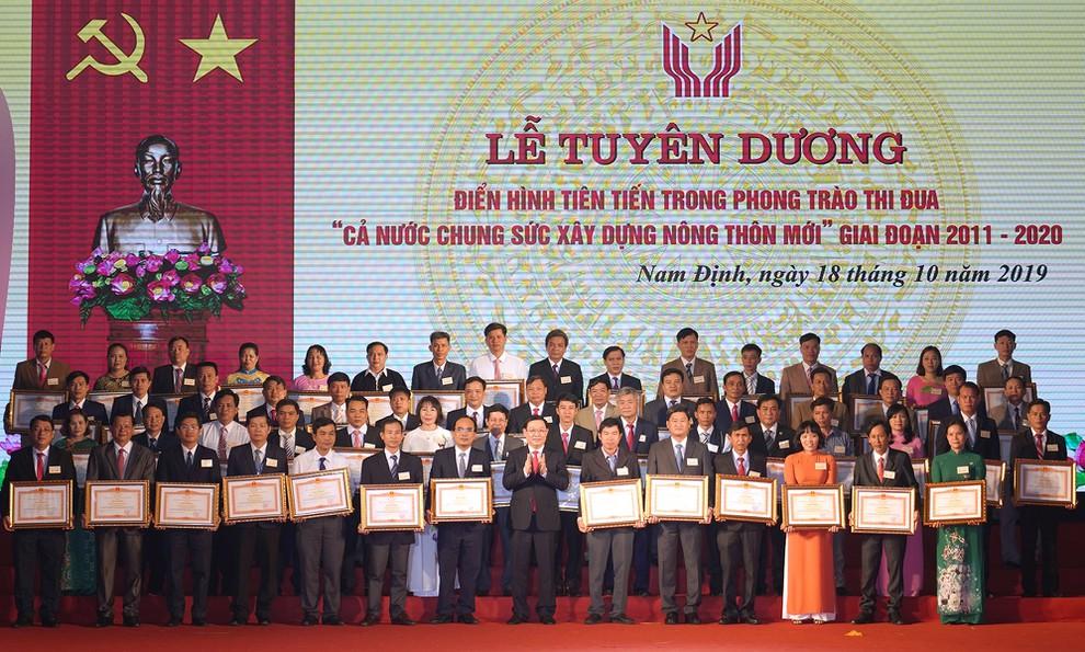 Phó Thủ tướng Vương Đình Huệ trao Bằng khen của Thủ tướng cho các cá nhân và tập thể.