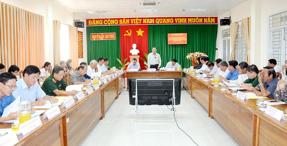 Đồng chí Võ Anh Kiệt phát biểu tại buổi làm việc với Ban Thường vụ Huyện ủy An Phú