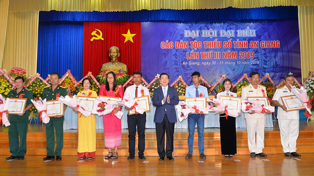 Thứ trưởng, Phó Chủ nhiệm Ủy ban Dân tộc Lê Sơn Hải trao tặng bằng khen Ủy ban Dân tộc cho các tập thể, cá nhân có nhiều đóng góp trong công tác dân tộc, chính sách dân tộc