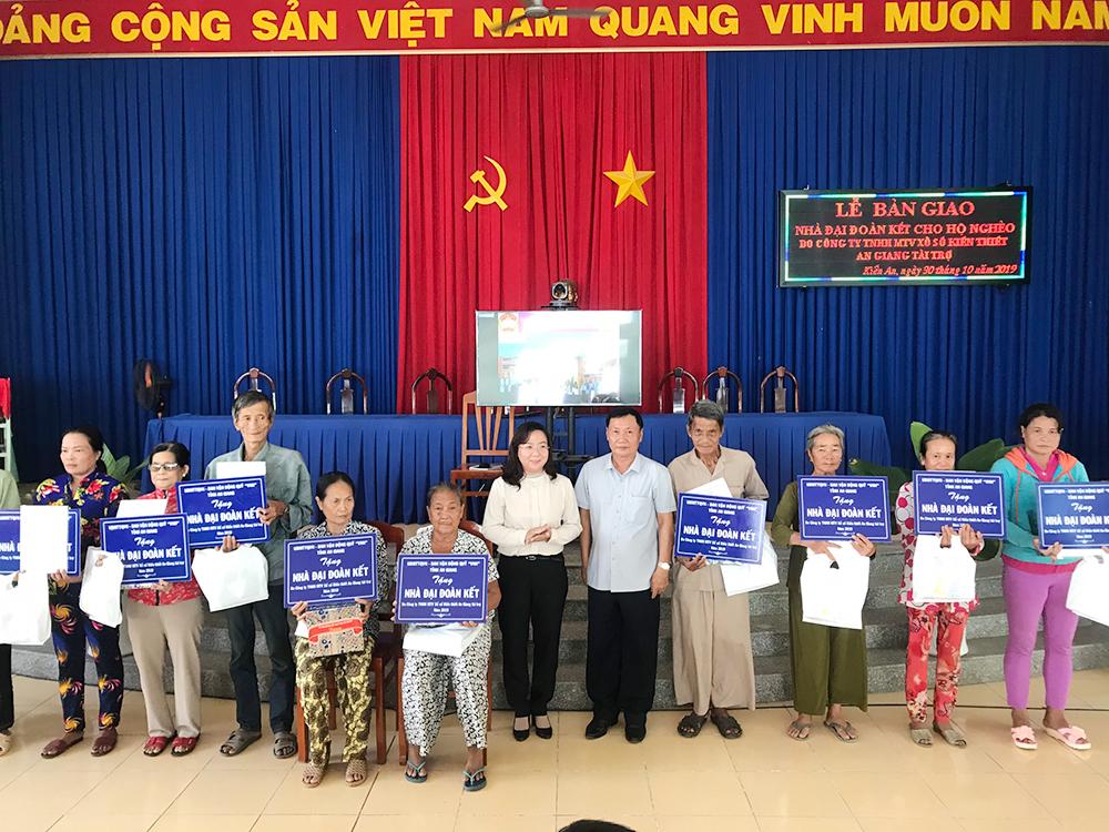 Bàn giao 37 căn nhà Đại đoàn kết cho hộ nghèo xã Kiến An