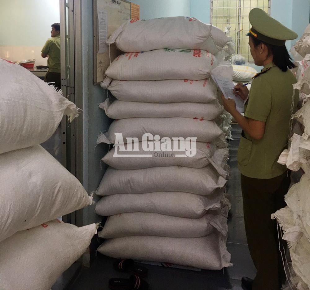 Bắt giữ xe tải chở trên 8 tấn đường cát Thái Lan lậu