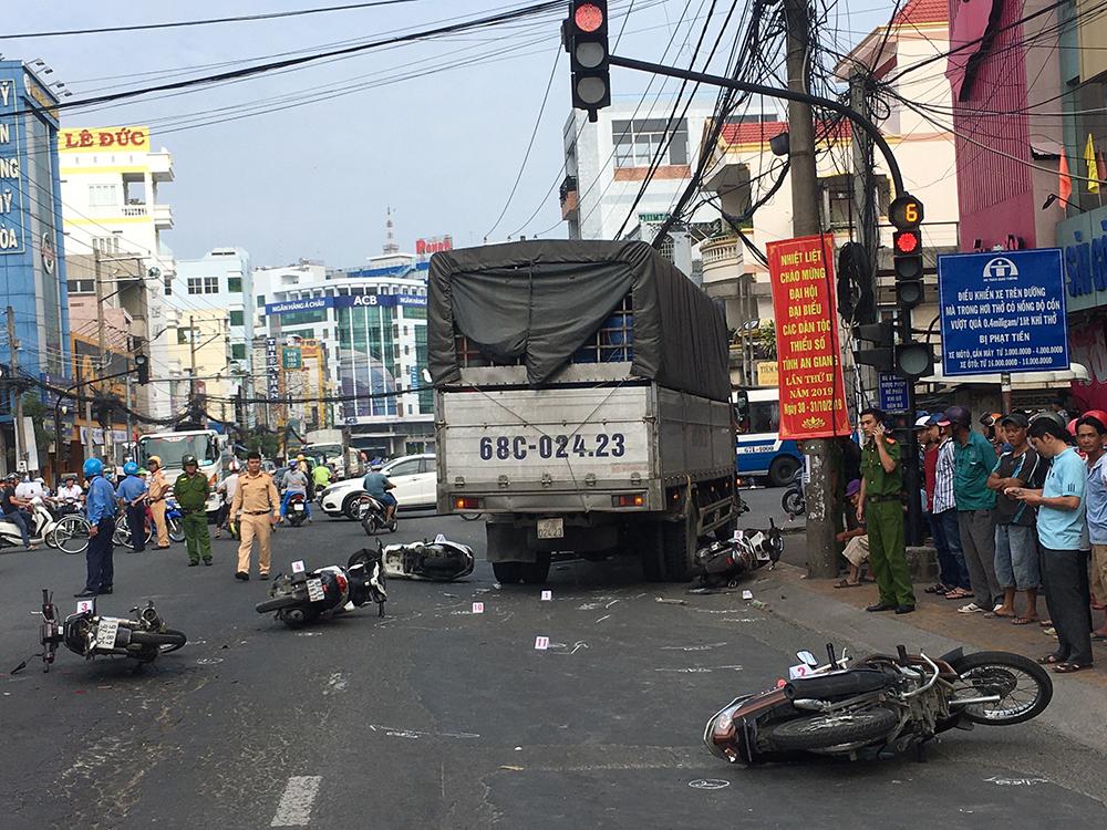 Lại xảy ra vụ tai nạn khi chờ đèn đỏ
