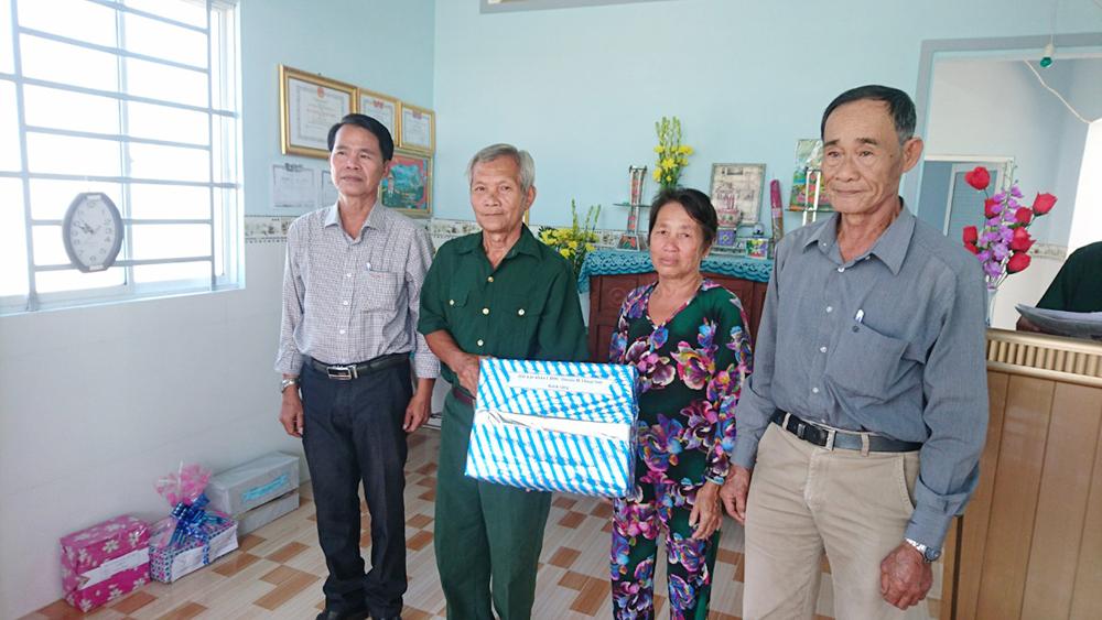 Bàn giao nhà Tình thương cho gia đình có công với nước