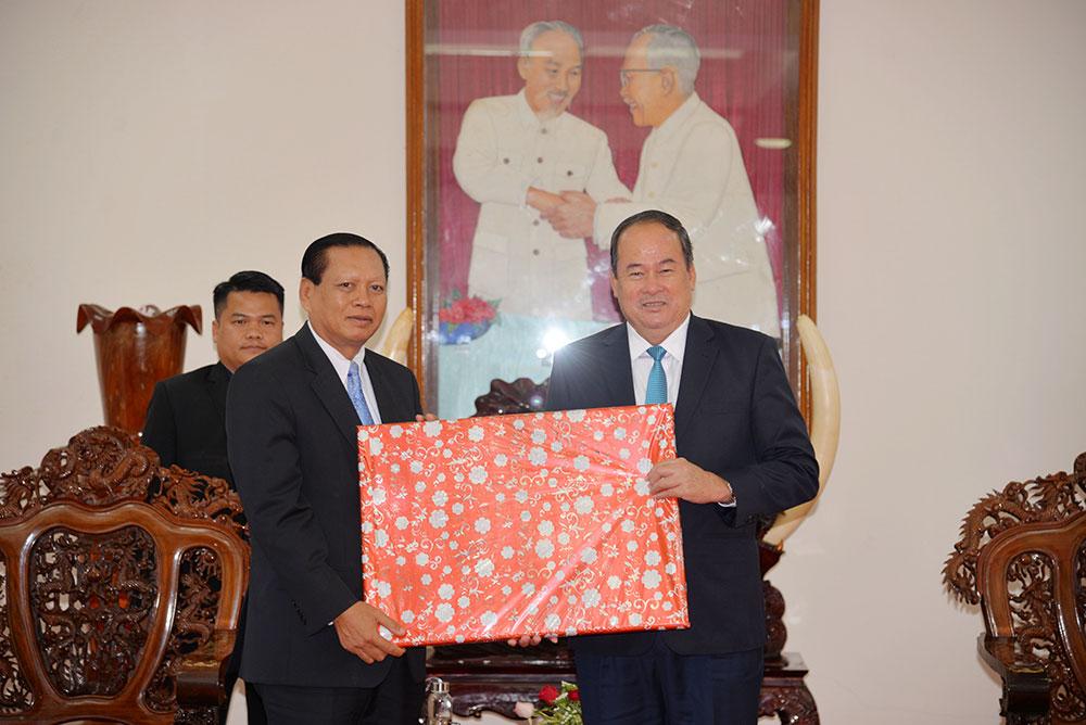 Chủ tịch Nguyễn Thanh Bình tặng quà lưu niệm ngài TS. Bounthong Divixay, Bí thư Tỉnh ủy, Tỉnh trưởng tỉnh Champasak