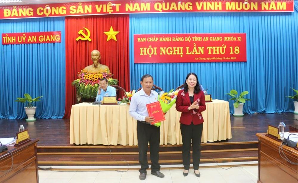 Hội nghị Ban Chấp hành Đảng bộ tỉnh lần thứ 18 (khóa X): Trao quyết định nhân sự của Ban Bí thư Trung ương Đảng