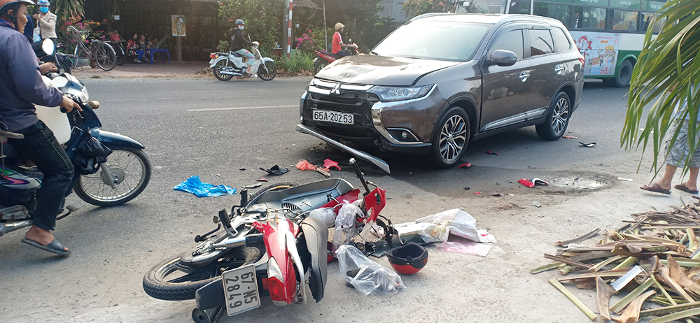 Tai nạn giao thông làm ôtô tải bị lật, 1 người bị thương