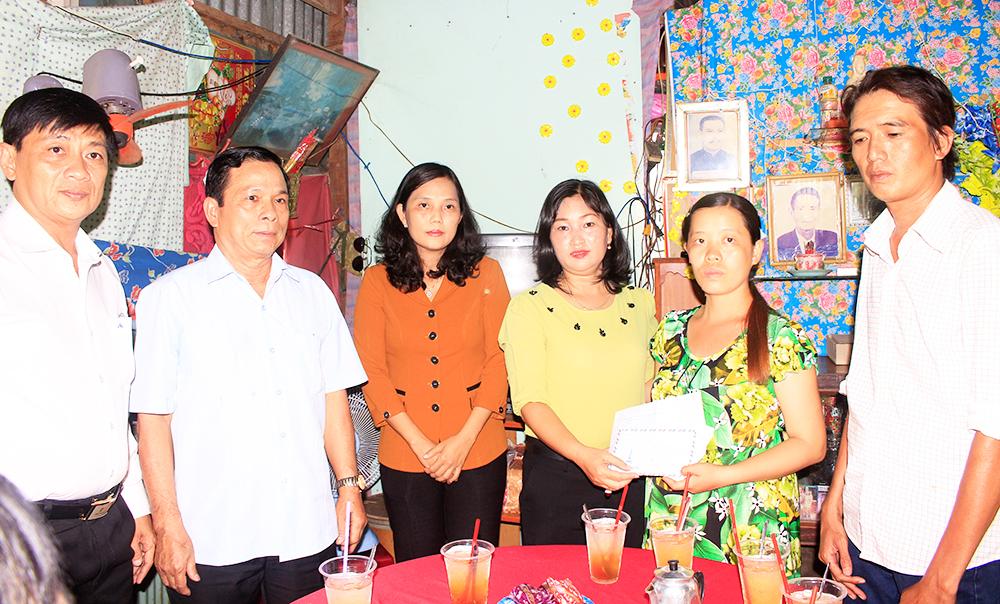 Lãnh đạo TP. Long Xuyên thăm gia đình 2 học sinh đuối nước