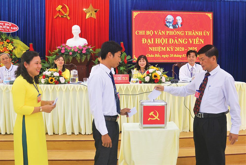 Tiến tới đại hội Đảng các cấp trong bối cảnh dịch Covid-19