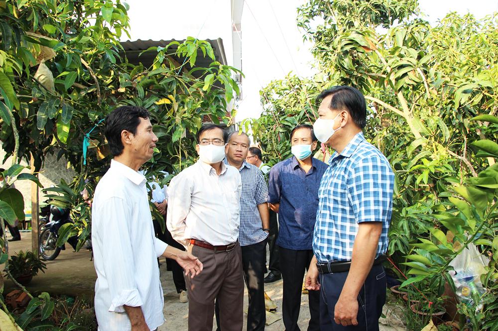 Phó Chủ tịch UBND tỉnh An Giang Trần Anh Thư kiểm tra tiến độ thực hiện tiêu chí nông thôn mới nâng cao và tiêu thụ nông sản của huyện Chợ Mới