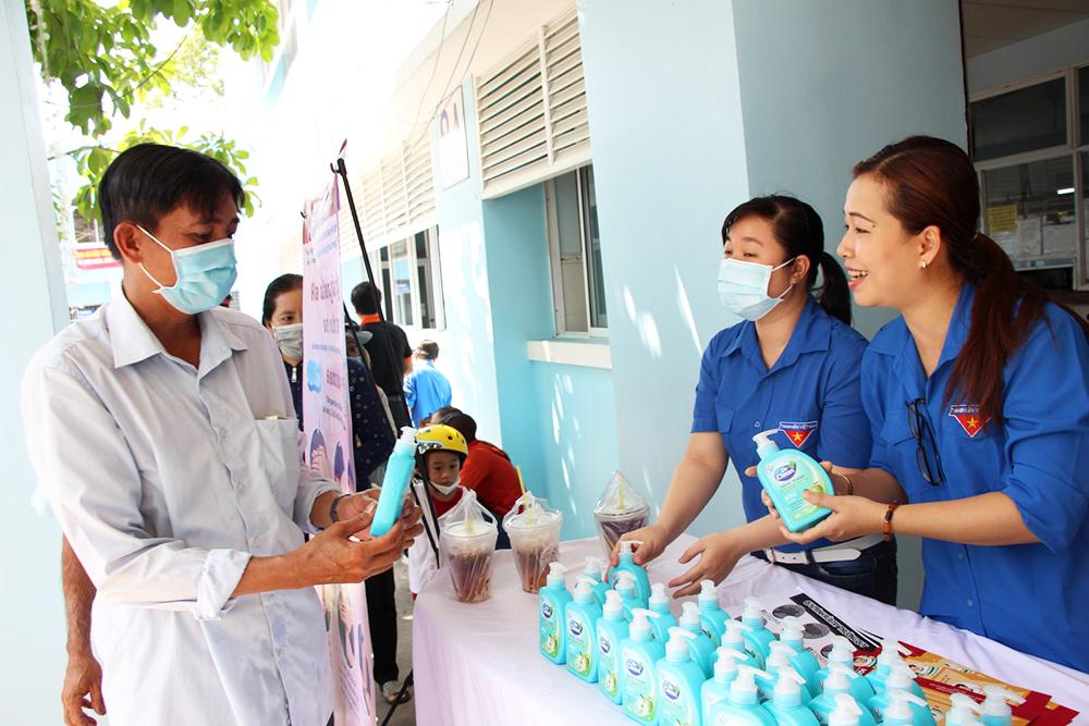 Bệnh viện Sản-Nhi An Giang: Phát xà bông, hướng dẫn rửa tay và tuyên truyền phòng, chống dịch Covid-19