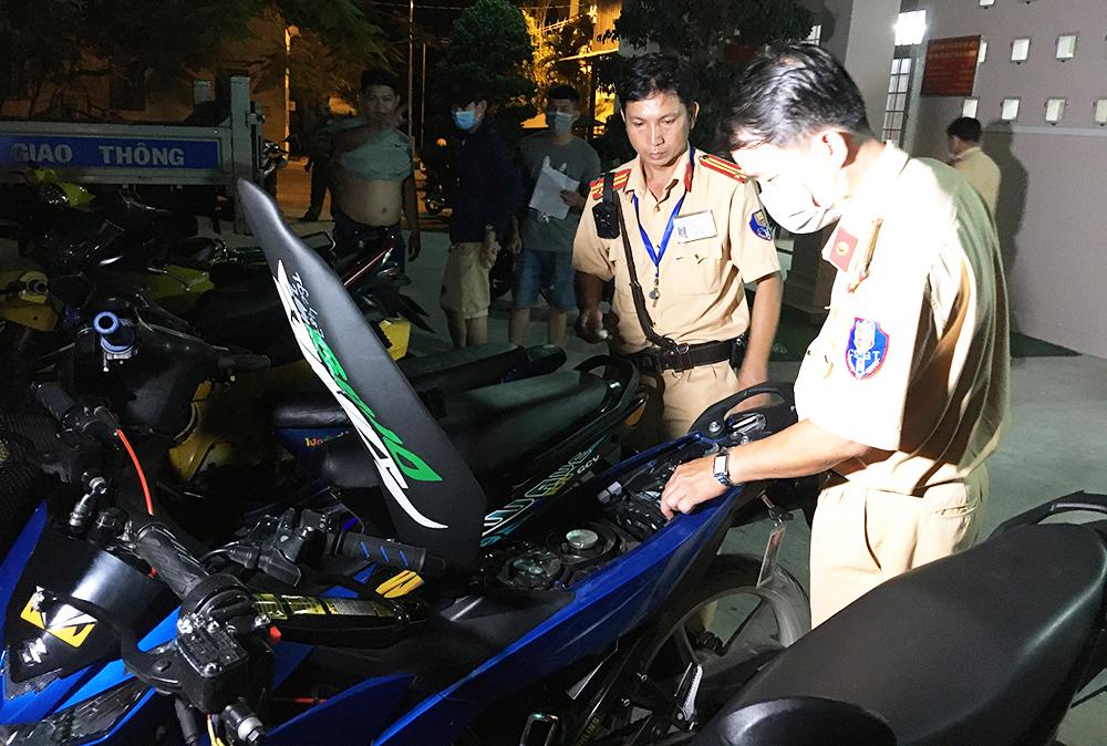 Tạm giữ 9 xe môtô vi phạm trật tự an toàn giao thông