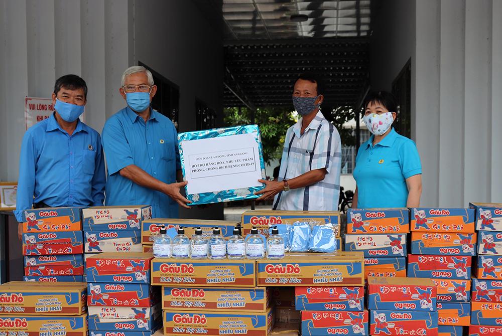 Liên đoàn Lao động An Giang tặng khẩu trang, nước rửa tay, thực phẩm tại các huyện biên giới
