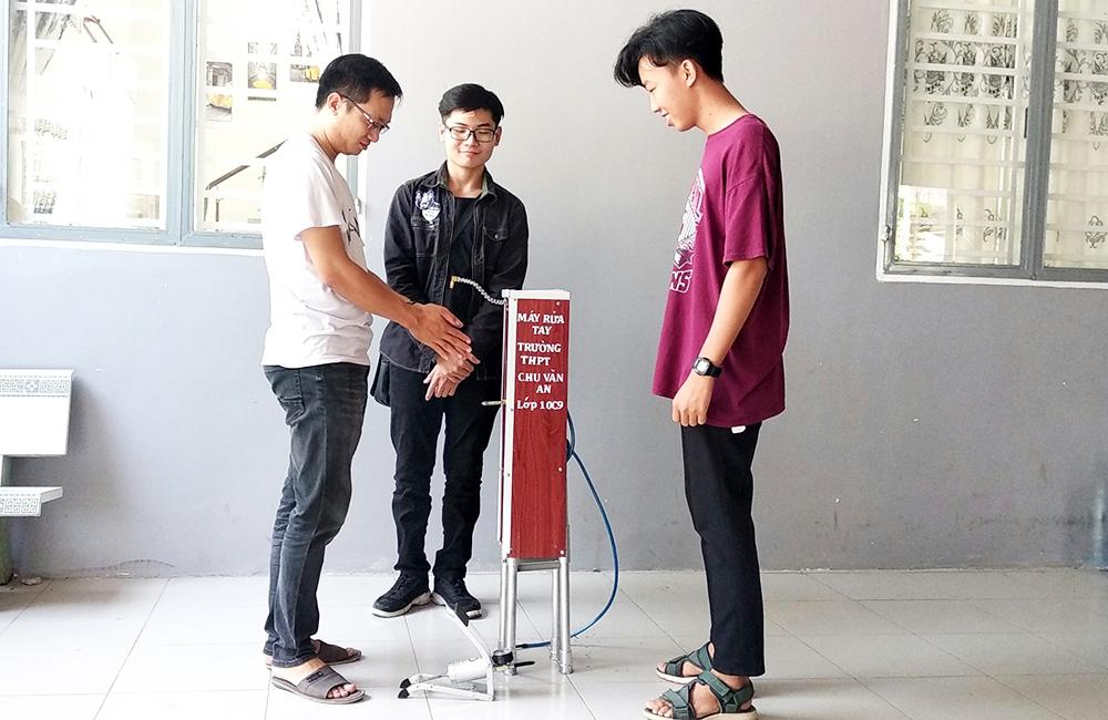 Học sinh Trường THPT Chu Văn An chế tạo máy rửa tay phòng, chống Covid-19
