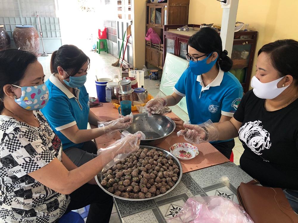 Phụ nữ Thoại Sơn thành lập nhiều tổ hậu cần phục vụ thức ăn ở khu cách ly