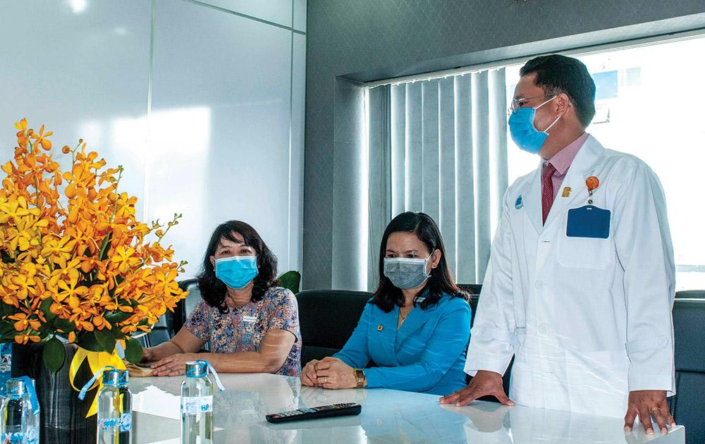 Liên đoàn lao động tỉnh và Công đoàn ngành y tế đến thăm, tặng khẩu trang, máy rửa tay tự động, nước rửa tay cho Bệnh viện Đa khoa Hạnh Phúc (TP. Long Xuyên)
