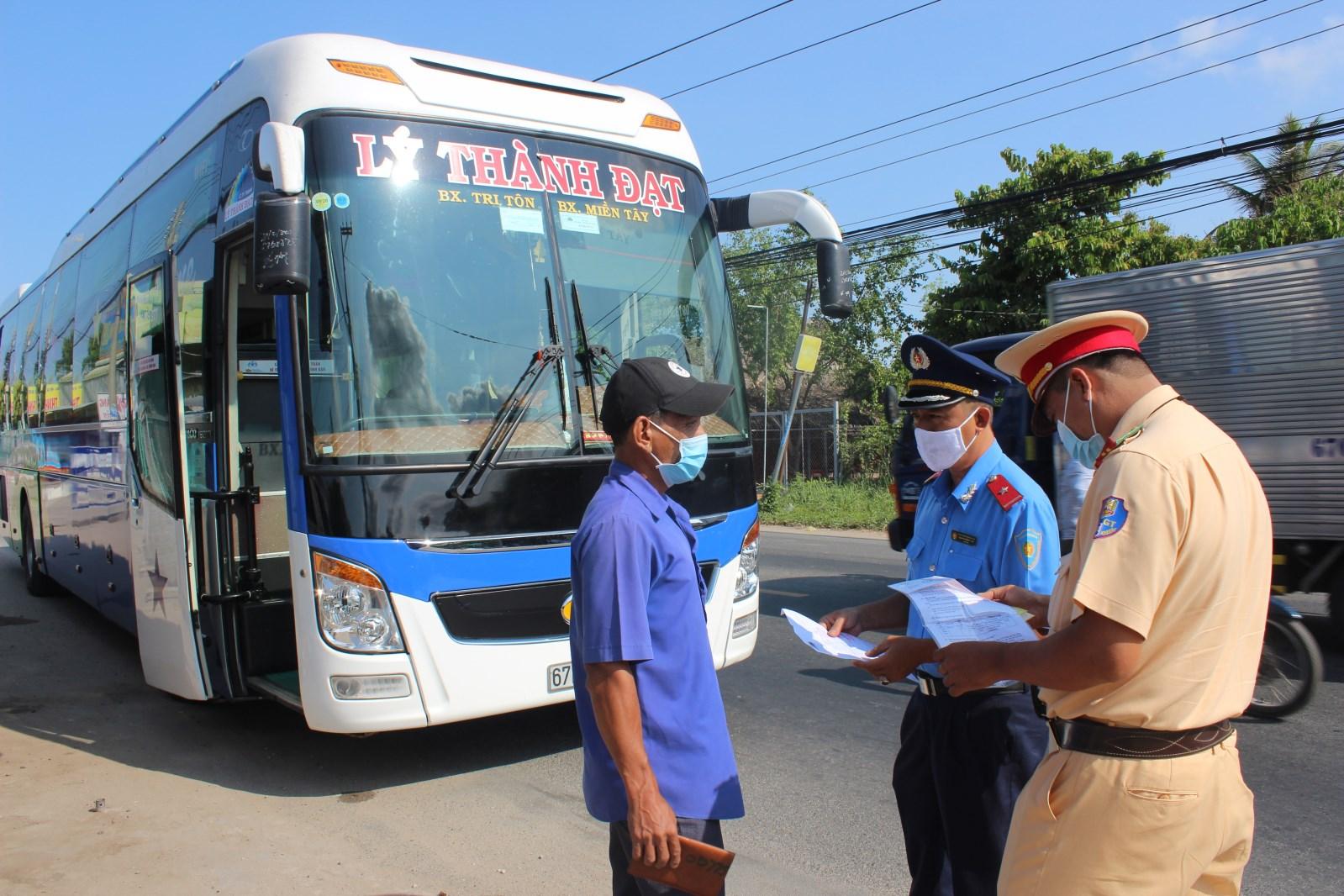 Kiểm tra, tuyên truyền và xử lý vi phạm phương tiện vận tải hành khách trong phòng, chống dịch bệnh Covid-19