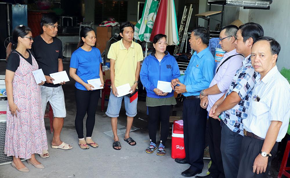 Liên đoàn Lao động tỉnh An Giang hỗ trợ đoàn viên Trung tâm Văn hóa Nghệ thuật tỉnh bị thiệt hại do hỏa hoạn