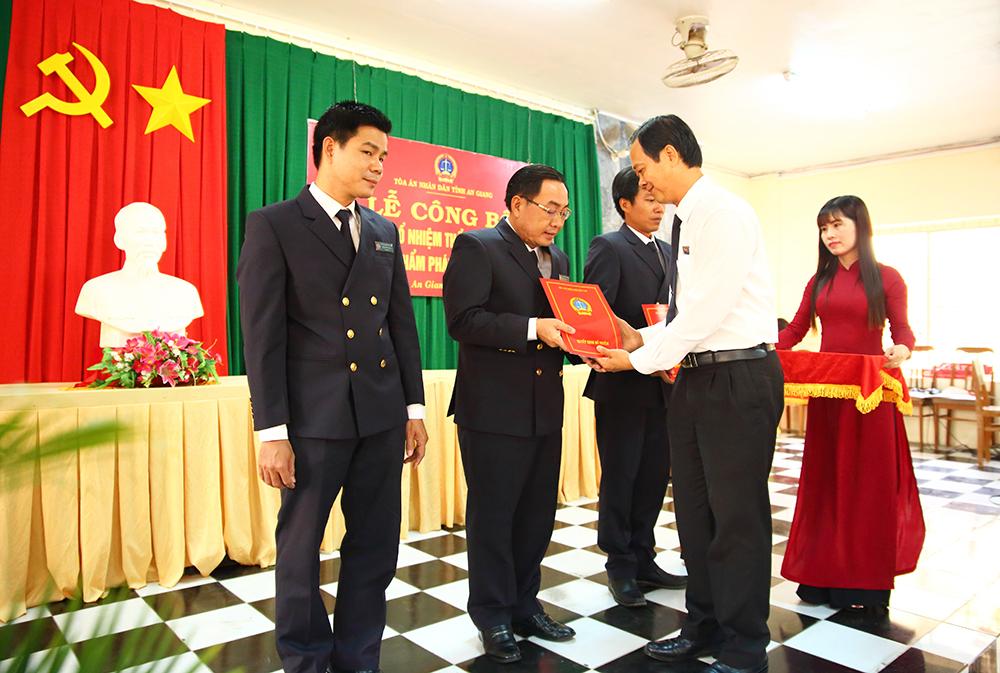 Tòa án nhân dân tỉnh An Giang trao quyết định bổ nhiệm chức danh thẩm phán