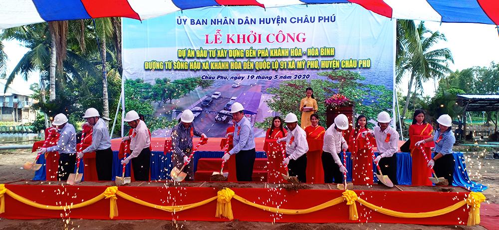 Khởi công xây dựng bến phà Khánh Hòa - Hòa Bình và tuyến đường từ sông Hậu xã Khánh Hòa đến QL.91