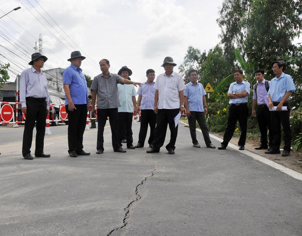 Chủ tịch UBND tỉnh An Giang Nguyễn Thanh Bình khảo sát khu vực xuất hiện vết nứt trên QL.91, đoạn thuộc ấp Bình Tân, xã Bình Mỹ, Châu Phú