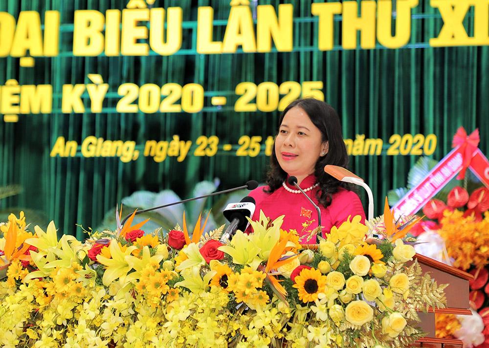 Bí thư Tỉnh ủy Võ Thị Ánh Xuân trao đổi thông tin với đại hội