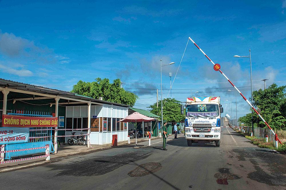 Các lực lượng tại cửa khẩu Khánh Bình (huyện An Phú) kiểm tra chặt chẽ phương tiện qua lại biên giới