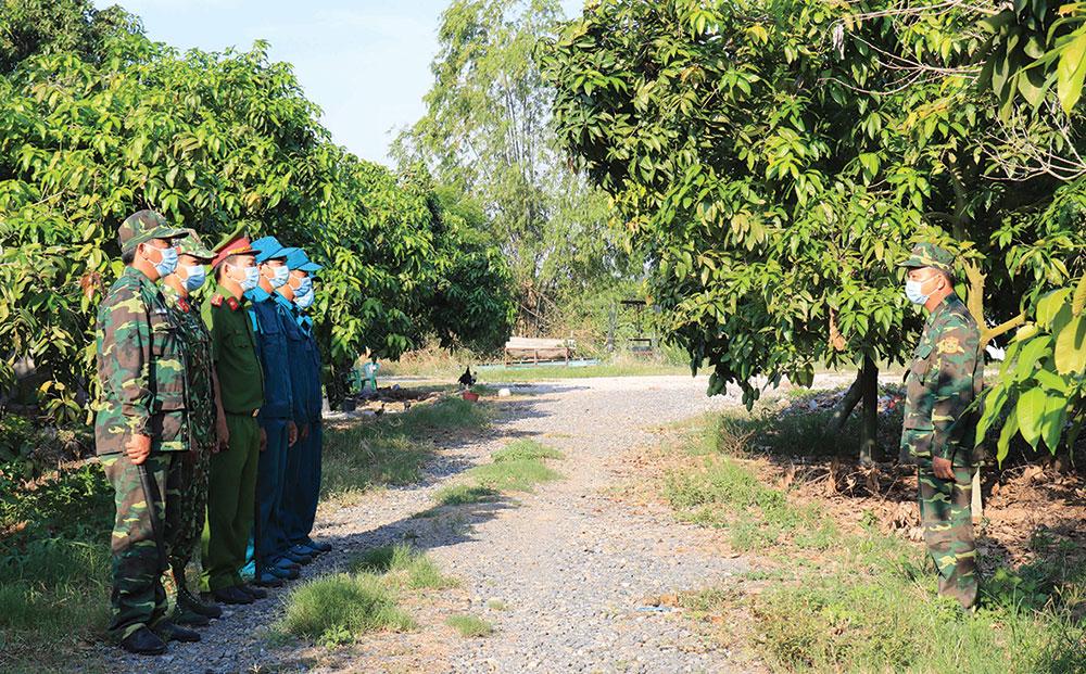 Các tổ, chốt quản lý, bảo vệ biên giới và phòng chống dịch COVID-19 Đồn Biên phòng cửa khẩu Long Bình triển khai nhiệm vụ tuần tra, canh gác